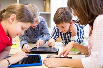 Schüler mit Tablets